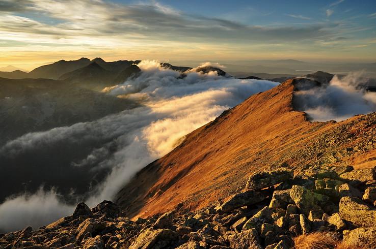 Siluety hôr a kúsky oblakov, večer v Západných Tatrách v najlepšom vydaní