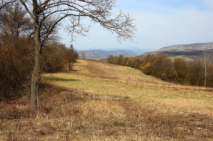 Nad Ardovom, v pozadí Koniarska, Plešivecká planina, na obzore hrebeň Volovských vrchov