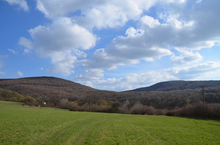 Vľavo hradný vrch a vpravo Ždaňský vrch