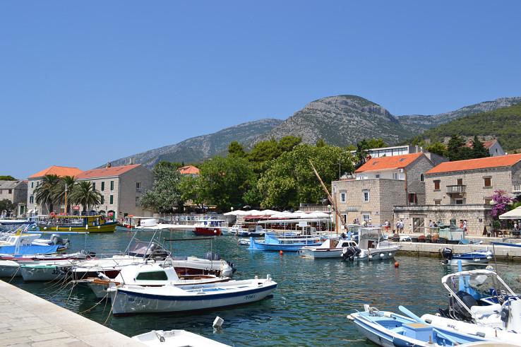 Prístav v meste Bol a v pozadí Vidova gora