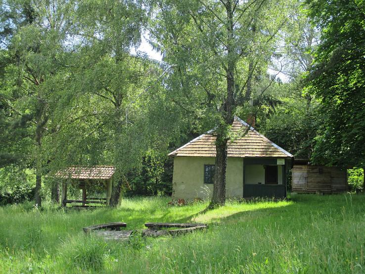 Poľovnícka chatka s prístreškom