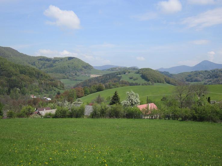 Pohľad z lúk nad osadou Javorčekovci