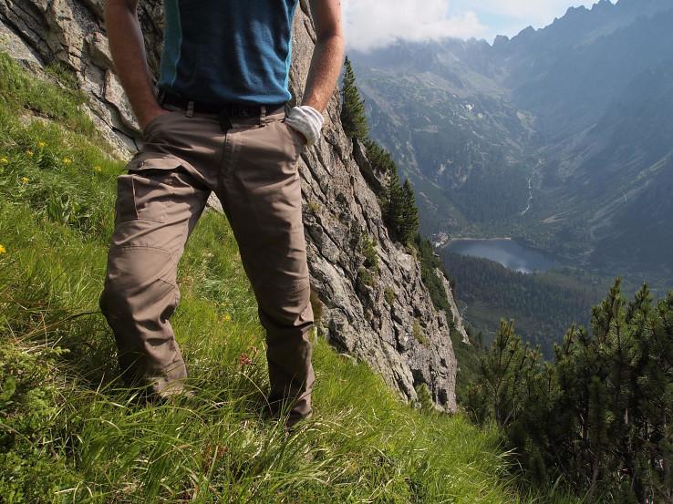 Fjällräven Nils sú všestranné outdoorove nohavice z materiálu G-1000, ktorý je priedušný a zároveň celkom dobre odoláva vode