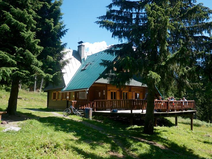 Chata pod Náružím sa nachádza na krasovej planine Červenec