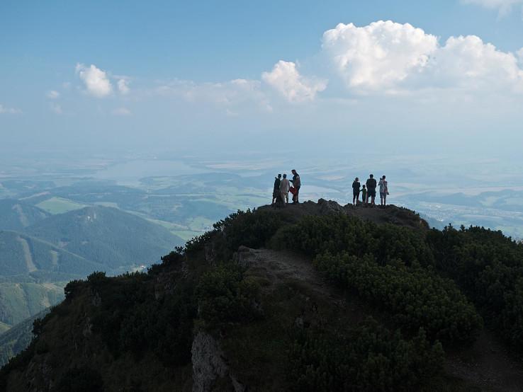 Veľký Choč je ideálny vrchol pre kruhové ďaleké výhľady, avšak letný opar ho výrazne obmedzuje