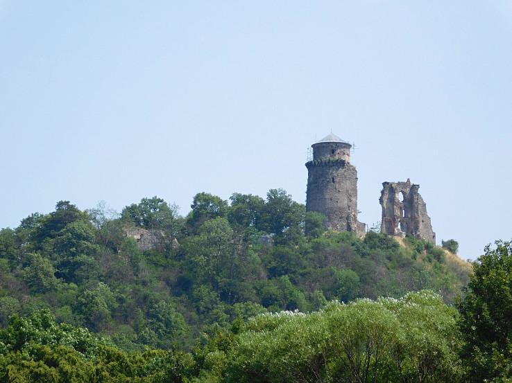 Hradné zrúcaniny Slanského hradu od Trstinového jazera