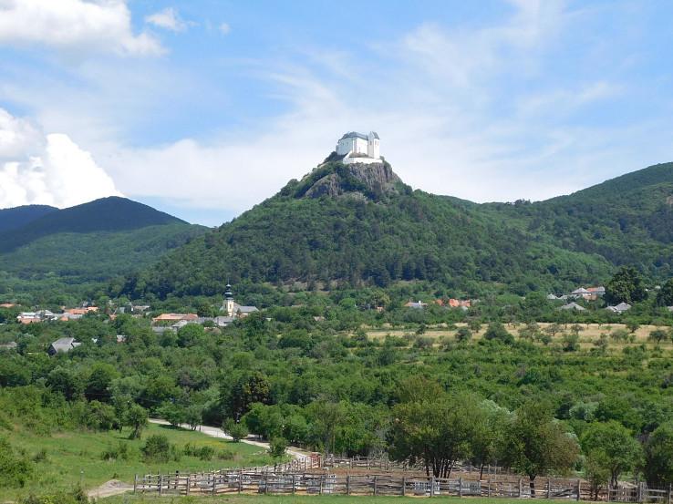 Výhľad k hradu a dedine Fizér (Füzér)