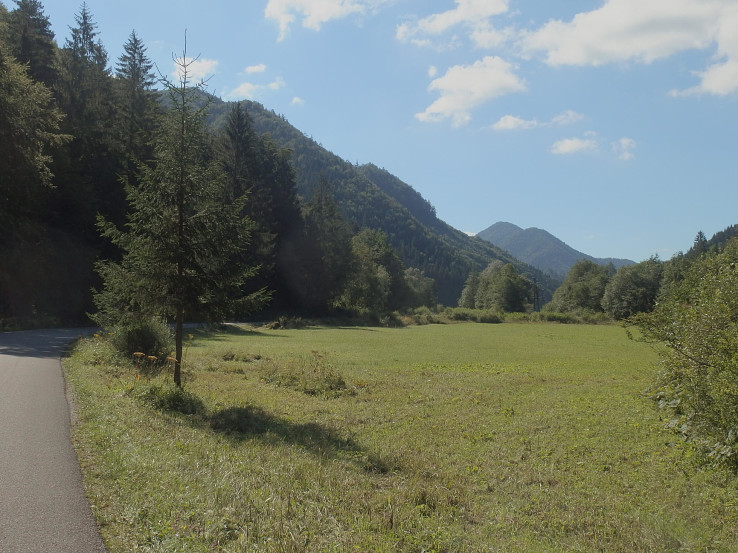 Dolina je na začiatku pomerne široká