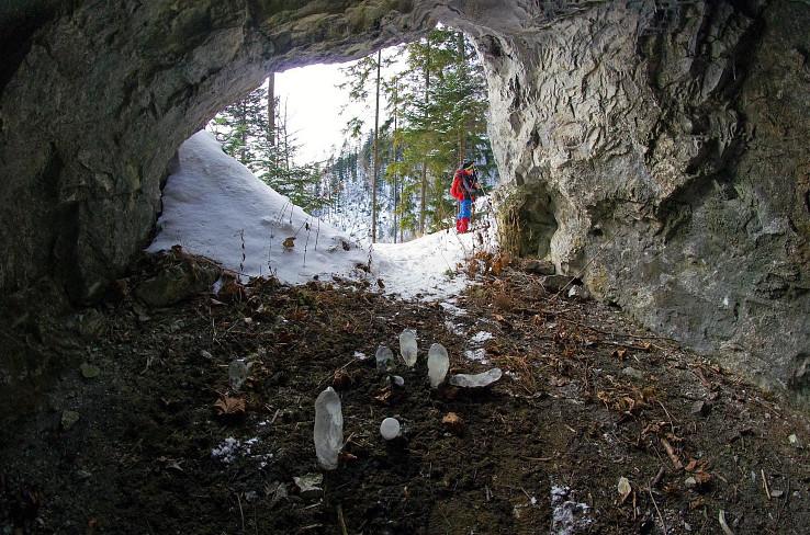 Hučivá diera, ľadové stagmity
