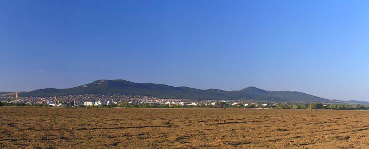 Nitra s panorámou Zobora a Žibrice z roku 2006 ešte bez rýchlostnej cesty PR1BINA