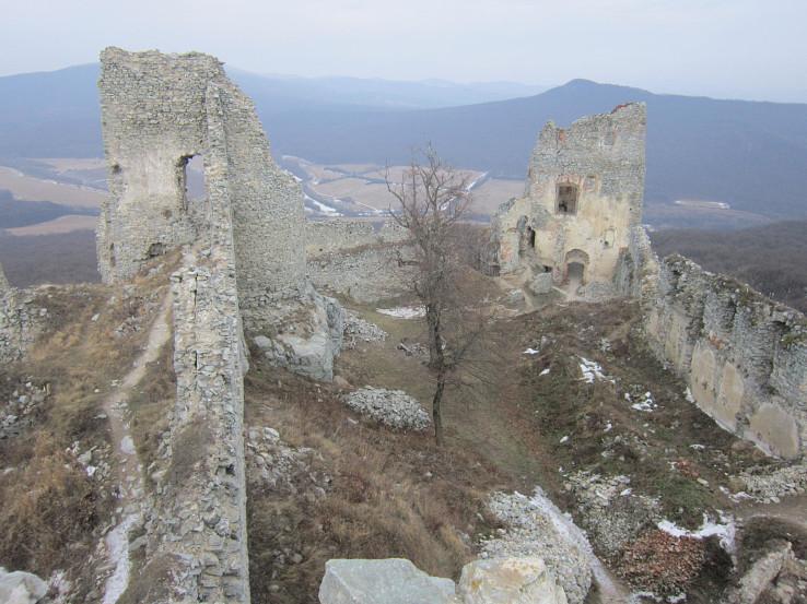 Pohľad na zrúcaninu Jelenca (Gýmeš) z hradnej veže