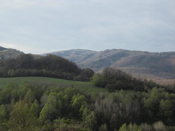 Pohľad na Vetrovú skalu (Витрова Скала) zo sedla Paprtného vrchu