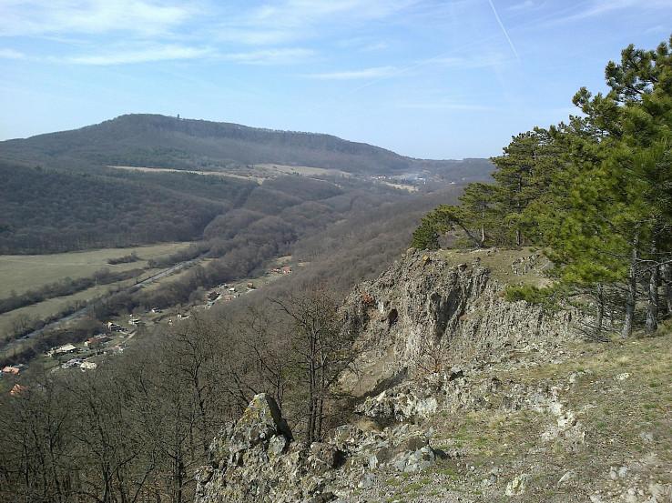 Pohľad na Opavu vzadu v údolí a Opavsku rozhľadňu (Opavská hora)