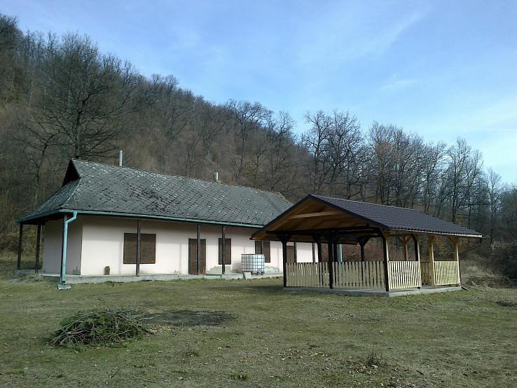 Altánok pri poľovníckej chate PZ Podskalka Príbelce