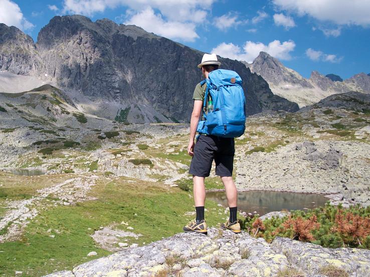 Friluft 45 je všestranný trojsezónny turistický batoh s dobre odvetraným chrbtovým systémom a množstvom vychytávok