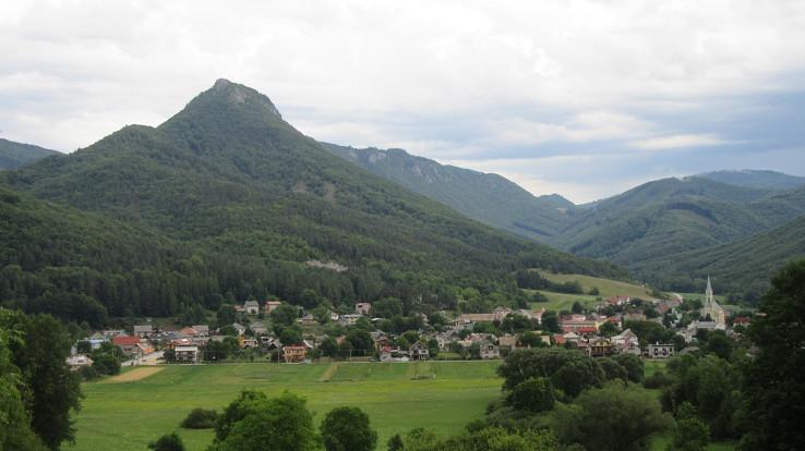 Hradný vrch Cigánka a obec Muráň - vstupná brána na Muránsku planinu