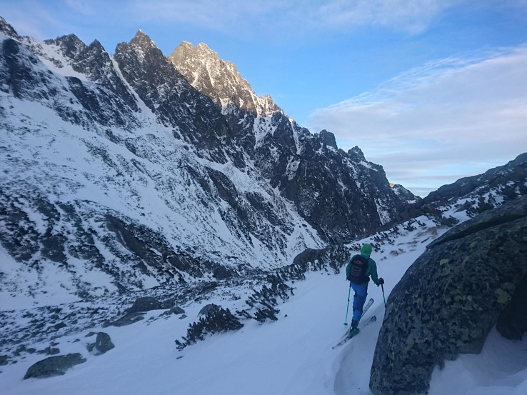 Na tvrdom, miesta ľadovom podklade bola malá vrstva čerstvého snehu, ktorý bol väčšinou previaty a ufúkaný
