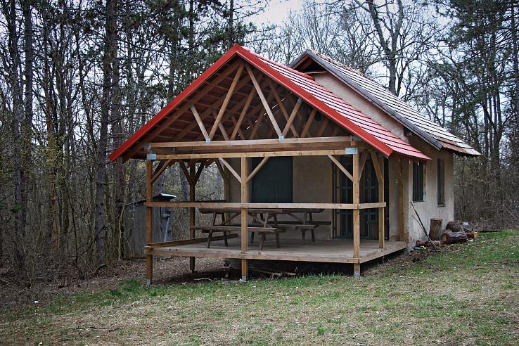 Celkový pohľad na chatu s terasou