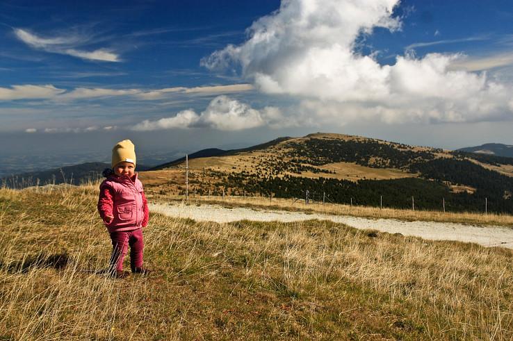 Dita pózuje na vrchole Hochwechselu, v pozadí Niederwechsel