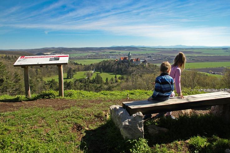 Posedenie na lavičke na hrebeni