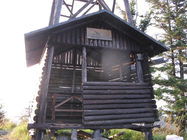Prístrešok zabudovaný do spodnej časti rozhľadne