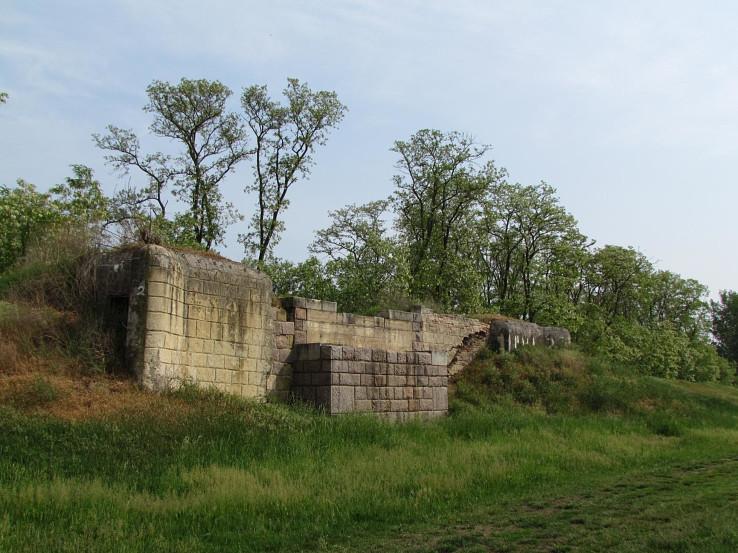 Ropíky v telese bývalého železničného mosta