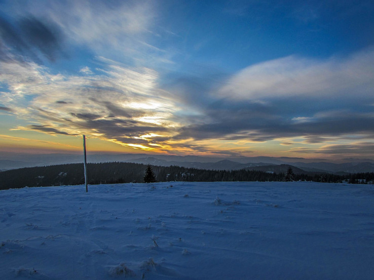Západ slnka nad Kremnickými vrchmi pohľad z vrcholu Kečka v Starohorských vrchoch