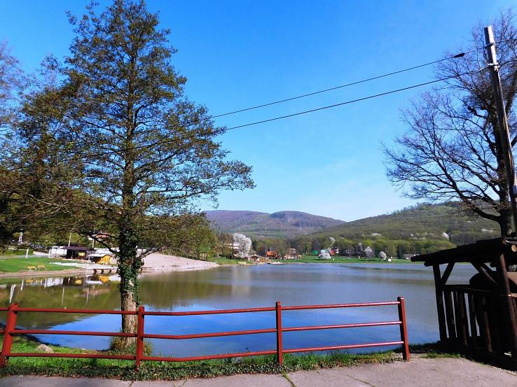 Vinianske jazero od smerovníka