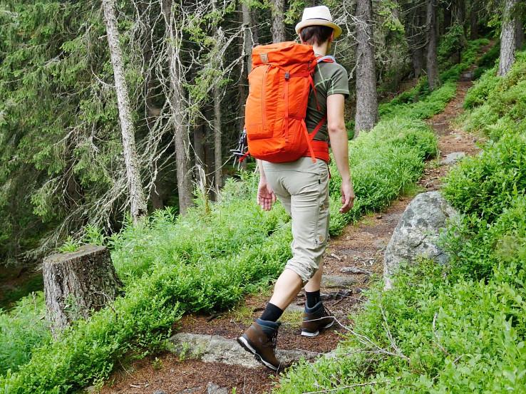Batoh Fjällräven Abisko Hike 35 je určený turistom najmä pre túry naľahko s prespávaním na horských chatách