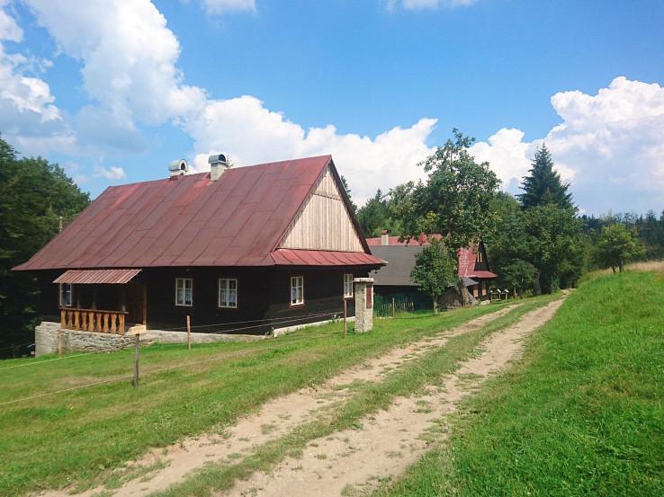 Osada Bielovci na hrebeni Javorníkov. Takýchto osád s peknými drevenicami je po trase neúrekom