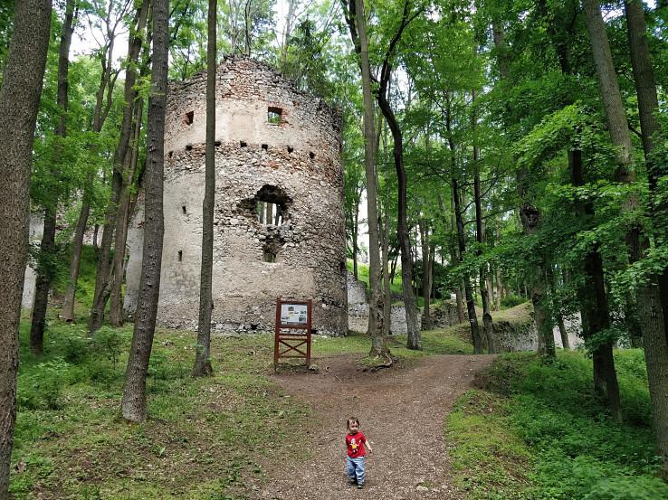 Vstup na hrad s baštou v popredí