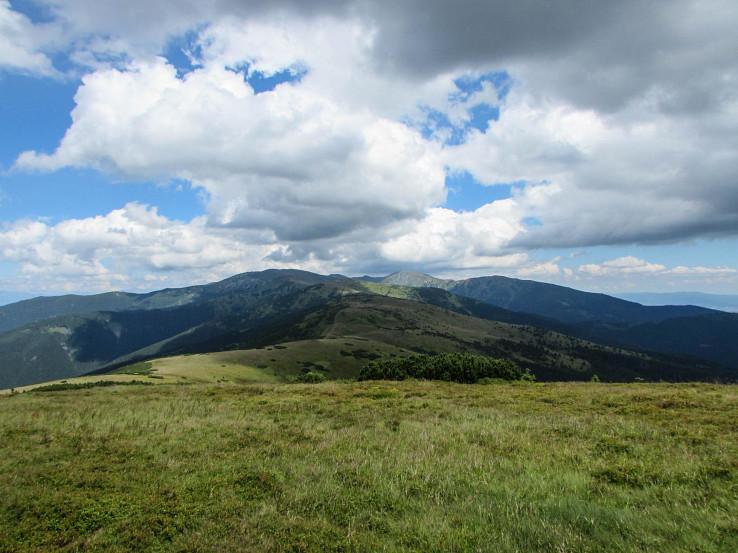 Pohľad od vrchu Veľká Chochuľa (1753 m), v pozadí Kotliská (1937 m) a Chabenec (1955 m)