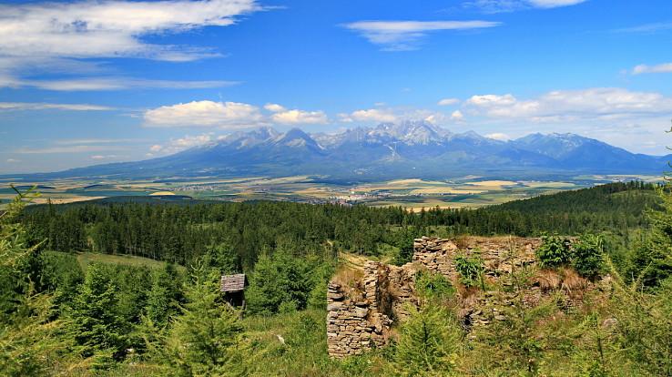 Ruiny chaty Sklenár a Tatry z Krížového vrchu