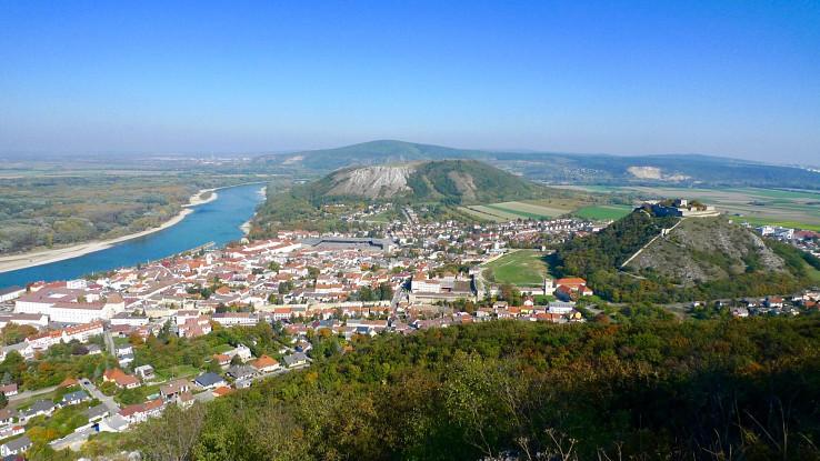 Výhľad na Hainburg, Schlossberg a Braunsberg, vzadu Devínska Kobyla