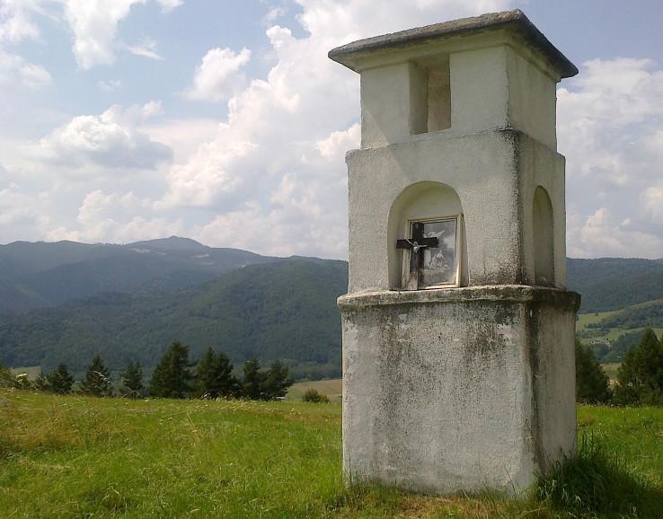 Kaplnka v sedle medzi Lipovcami a Štefanovcami
