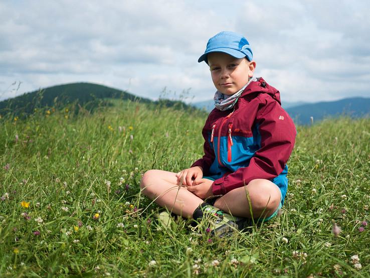 Skogstad Vadsø je trojsezónna nepremokavá bunda pre deti vyhotovená z materiálov a výbavou ako dospelácka