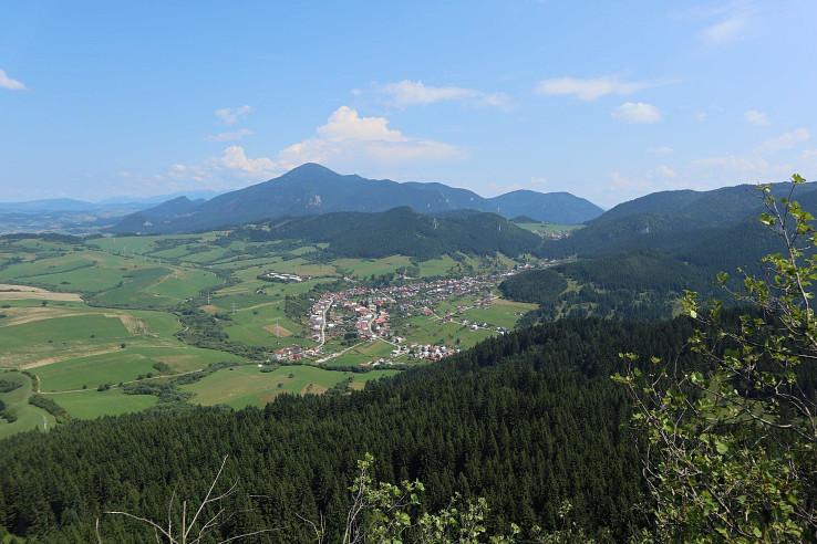 Výhľad z Hrdošnej skaly na Komjatnú a Veľký Choč