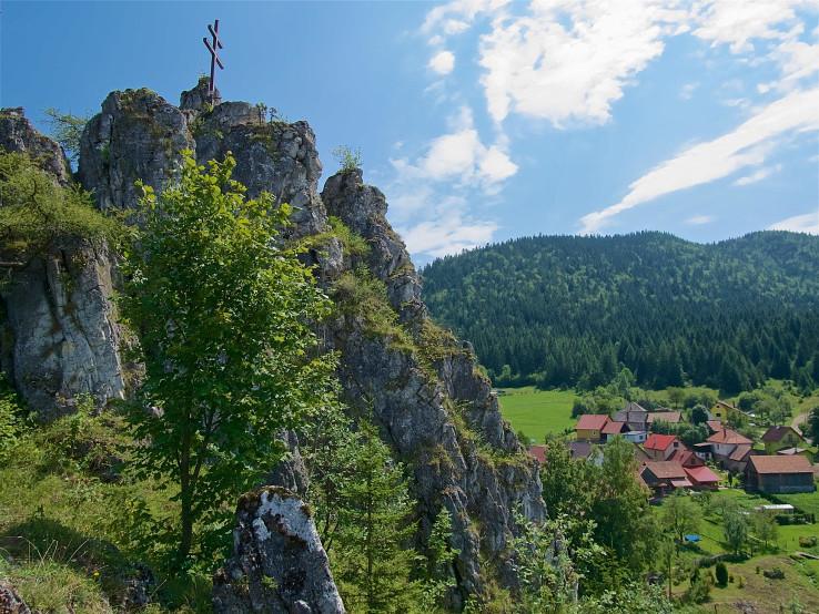Dolomitovo-vápencová skala v strede dediny