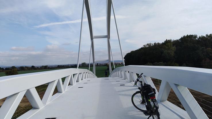 Hore na moste, v pozadí Kopčany
