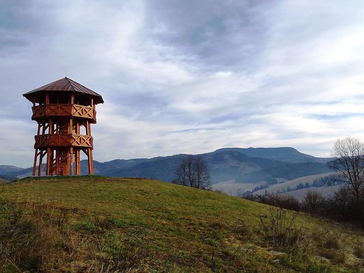 Veža na Pustom vrchu s Klenovským Veprom v pozadí