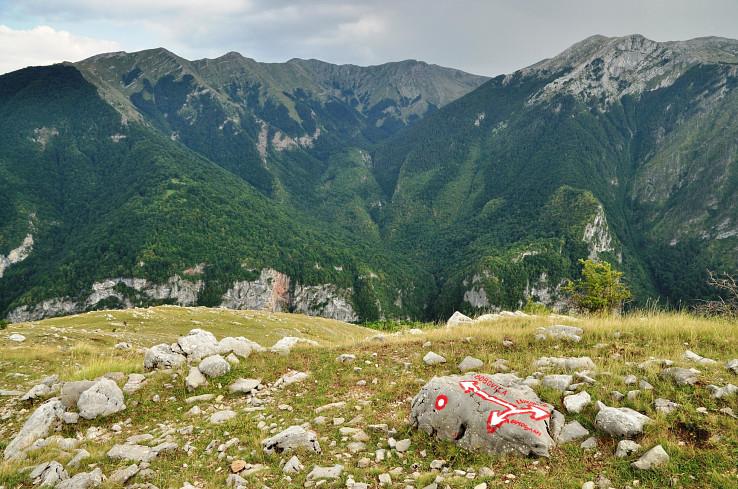 Križovatka chodníkov pri zaniknutej osade Donji Lukomir, vzadu planina Visočica (autor foto: Martin Baniari)