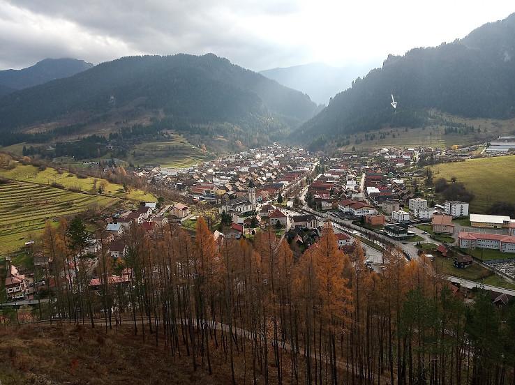 Výhľad z rozhľadne - Terchová, šípka označuje vrch Oravcové