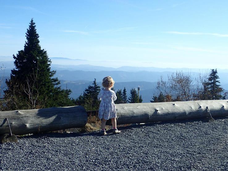 Na vrchole Lysej hory sme si každý našli to svoje - my dospelí nádherné výhľady, Lucia prakticky nekonečný priestor a svoje hry