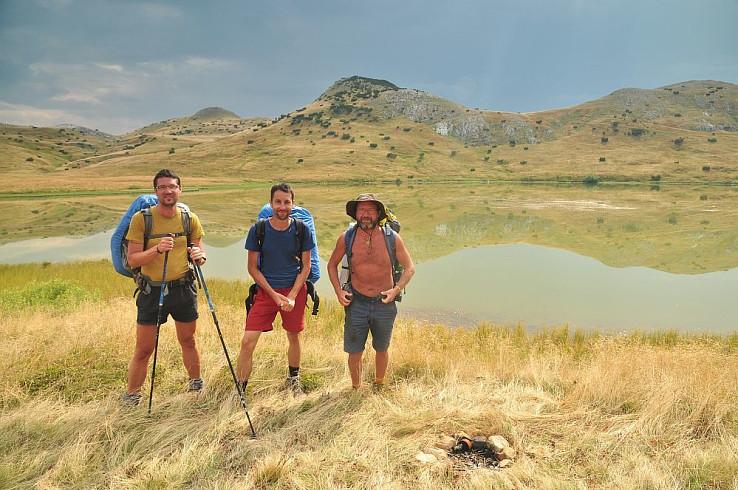 Dobrilo, Tichomir a Jezerin na brehu Štirinsko jezero (autorka foto: Yvonne Ginifer)