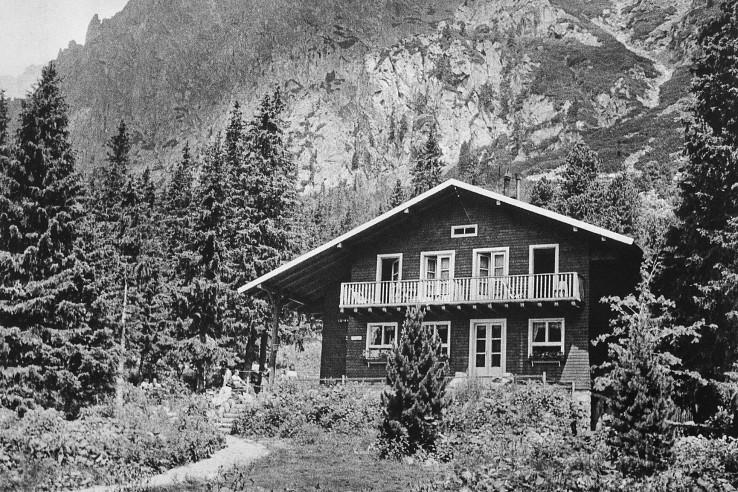 Zamkovského chata (foto: K. Celba), reprofoto z knihy Vysoké Tatry (1951 Slovtur Publishers LTD.)