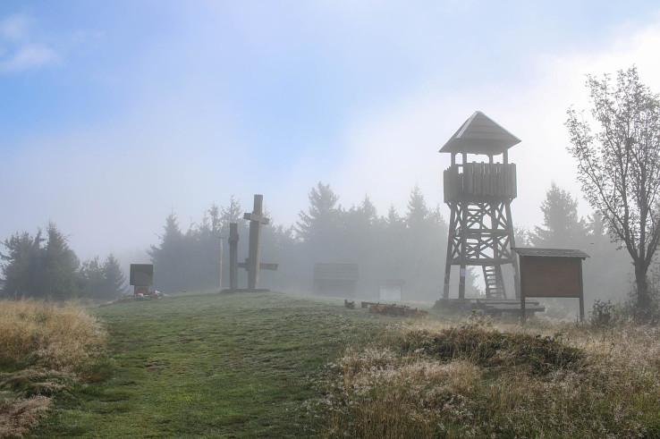 Súboj slnka a hmly na vrchu Stratenec (1055 m)