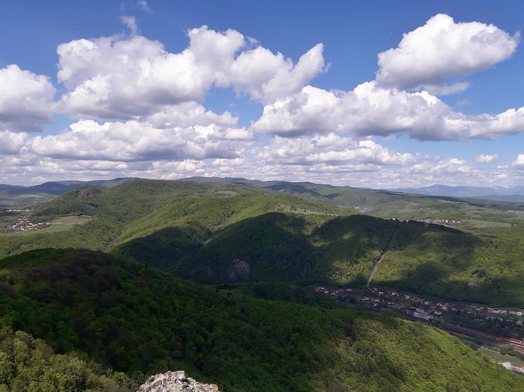Výhľady do údolia Hrona a na protiľahlé Kremnické vrchy