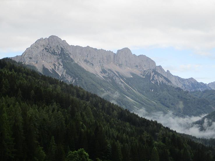 Pohľad na hlavný hrebeň pohoria zo sedla Schaida
