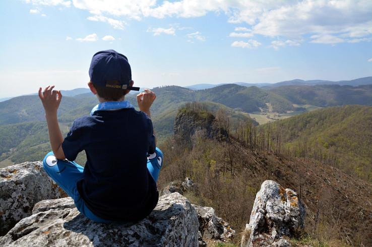 Na hrebeni Hradovej, v strede Okrúhla skala