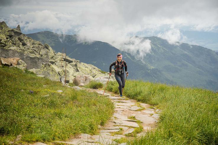 Lenka Vacvalová beží centrálnou časťou nízkotatranského hrebeňa, foto Vladimír Popluhár